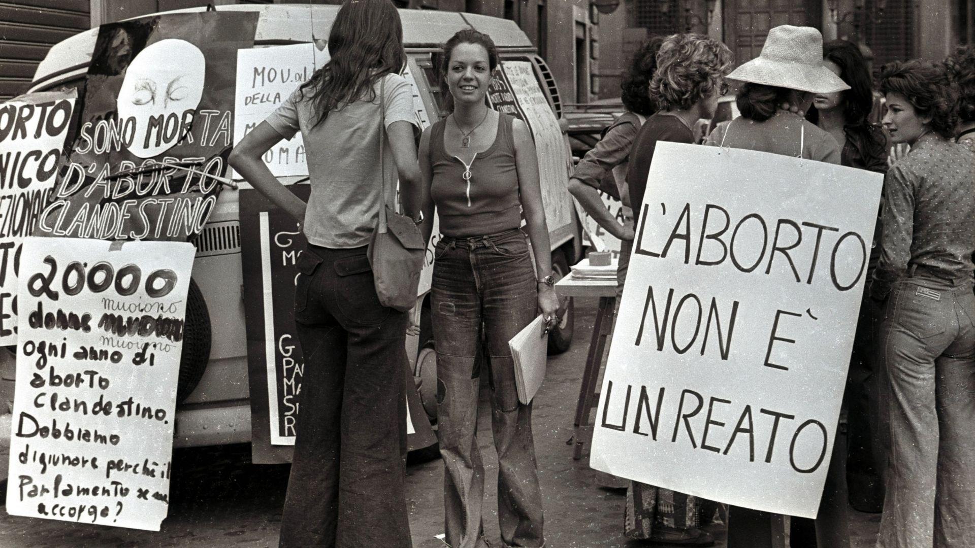 Una manifestazione a favore della legge sull'aborto a Roma il 5 novembre 1975. ANSA/ARCHIVIO